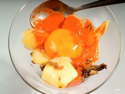 Huevos Rotos con Cuajada de Piquillo