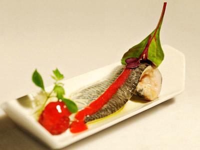 Sardinas marinadas con aceite de frambuesa y queso mahonés curado
