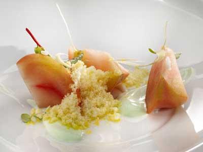 Tomate rosa al vapor de cítricos, raíces picantes sobre un fondo de yogur y alb
