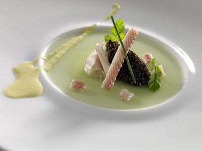 Hinojo en crudo con crema ahumada, caviar y mamia de pepino y curry