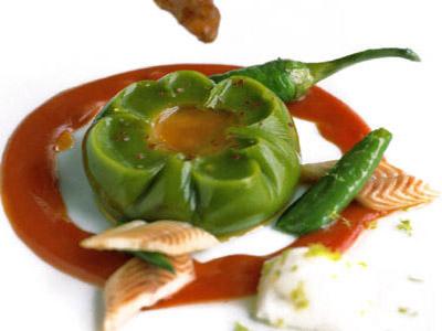 Huevo pochado en fina jalea de piperrada, barquillos de jugo de cebolla y anguil