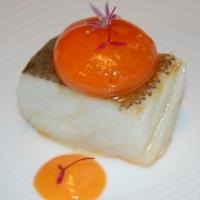 Lomo de bacalao, salmorejo y yema de huevo con pimiento asado