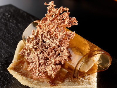 Canelón de P.X. con paté de hongos y canónigos sobre pan de pipas y crujiente de