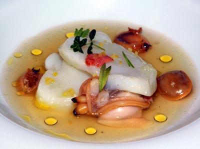Bacalao con Almejas en Sopa de Lapas