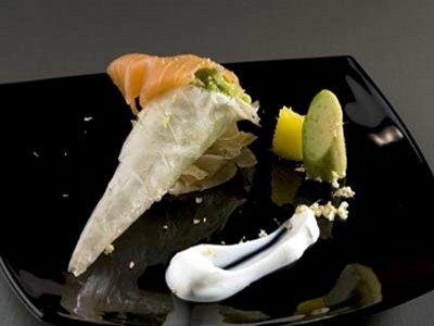 Cucurucho de aguacate con piña, jengibre y salmón,  con cremita de yogur y naran