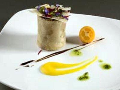 PETISUI de guiso de pato con hongos, salsa de kumquats y bouquet de flores
