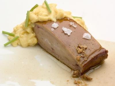 Foie gras asado, revoltillo de fruta de la pasión y puré de galletas
