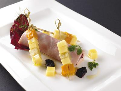 Brocheta de Fruta y Le Gruyère AOC con ensalada de jamón, nueces y Radiccio