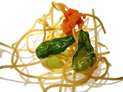 Espagueti, tomate and albahaca