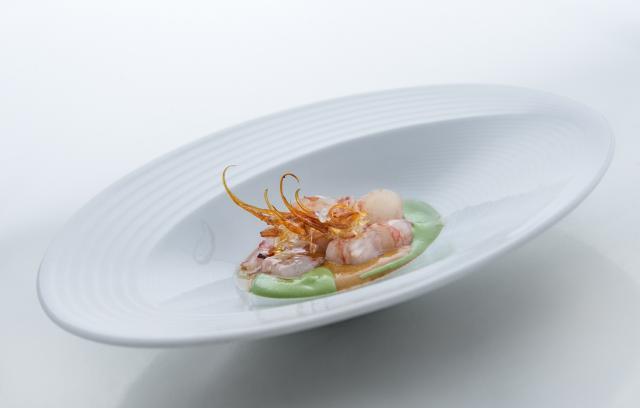 Gamba marinada en vinagre de arroz y yuzu, jugo de su cabeza y velouté de algas.