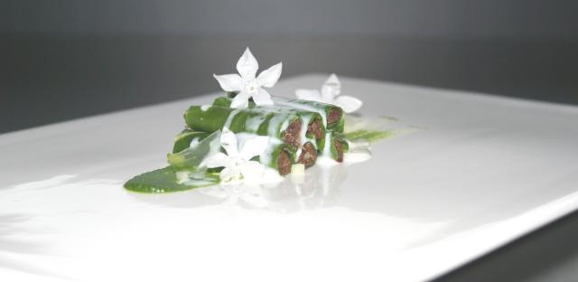Canelón de berza y morcilla de año, extracto de berza y suero de mantequilla