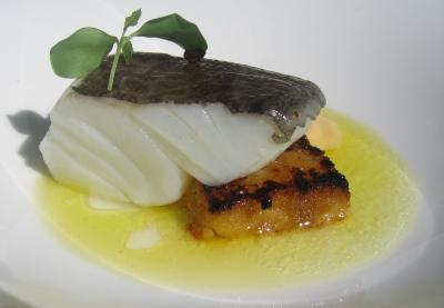 Bacalao Confitado con su Emulsión de Aceite de Oliva, Crujiente de Patata  y Al