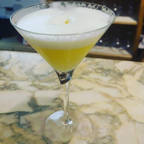 sake, ginebra macerada con yuzu, perlas y puré de calamansí