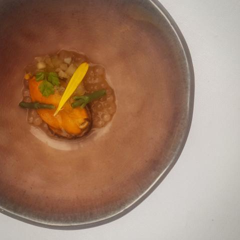 Amuse bouche de mejillón con perlas de japón y caldo de crustáceos