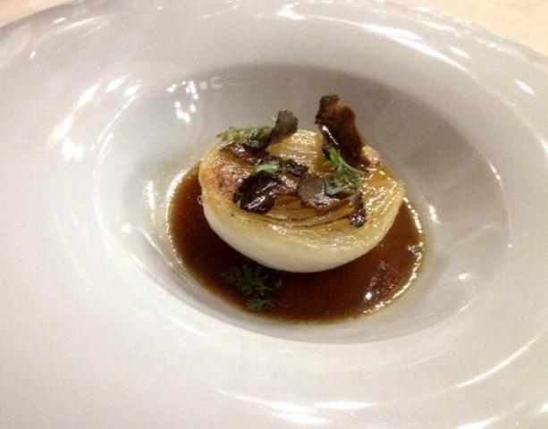 Cebolla del terreno asada, caldo de achicorias tostadas y aliñada con una jalea