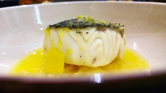 Merluza en caldo corto, con patata, AOVE y azafrán