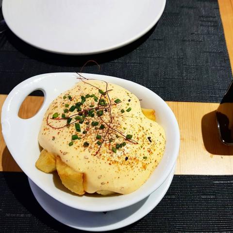 Patatas bravas con espuma de kimchi