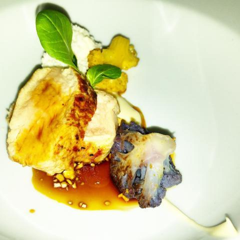 Escalope de ternera con la variación de la coliflor