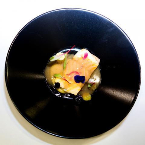 Esturión confitado en jamón ibérico, crema de maíz y jugo carne. Miguel Barrera