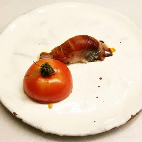 Nigiri de xurelo con tomate de colgar