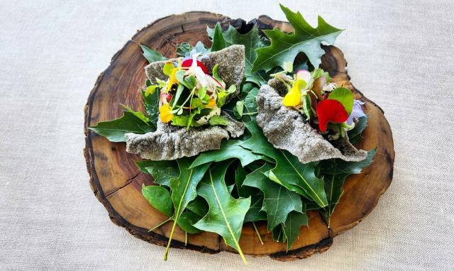 Hierbas y flores salvajes y de cultivo, crema de marisco y anchoa y crujiente de