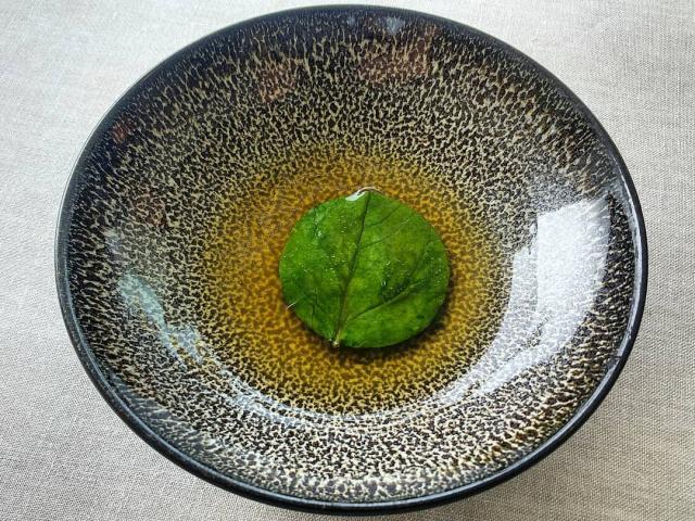 Espinaca tres caldos: kombu, lacón y tomate