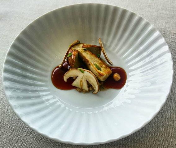 Boletus y fondo de verduras asadas