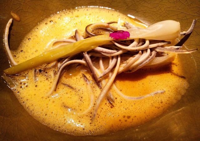 Angulas con Cebolla y Caldo de Cocido