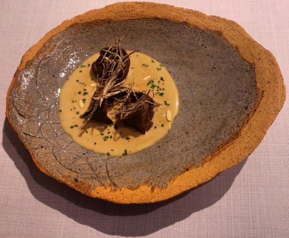 Cappelletti de rabo de ternera, salsa de nuez y piñón, trufa