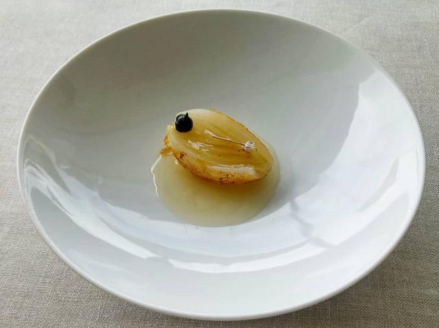 Cebolla de Vilanova en tempura, caldo ahumado y aceite especiado