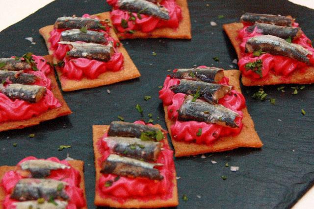 Tosta de sardinilla en aceite de oliva y mousse de queso y remolacha