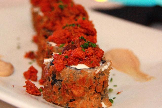Rollito de alga nori en tempura relleno de caviar de erizos