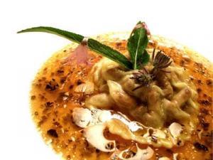 Ravioli de nabos y hongos en caldo de pollo trufado (2004)