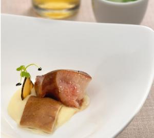 Homenaje al Cerdo Ibérico: Morro, Oreja, Papada y Caldo con Espuma de Patata