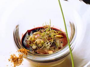 Extracto de liebre con melaza de melón, cebolletas y cristal de ajo