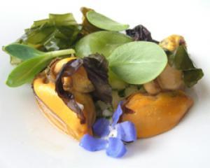 Mejillones con algas, levístico y flores