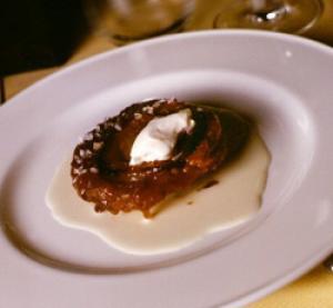 Cebolla caramelizada con helado y salsa de parmesano