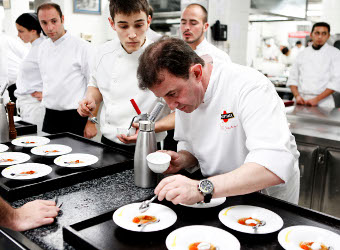 Martín Berasategui preparando la cena Martini