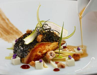 Foie Gras con Algas Reposado sobre una Cuajada de Raifort, Caldo de Soja Ferment