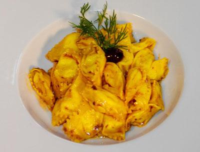 Plin de queso de cabra fresco roccaverano con agua de tomate, olivas taggiasche