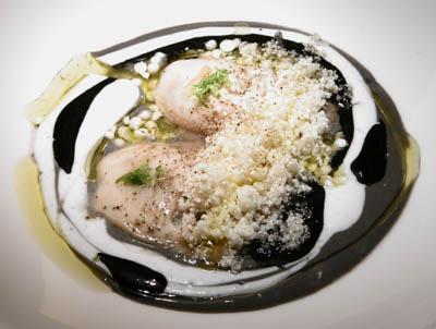 Ostras con Coco Picante y Salsa de Tinta y Lima