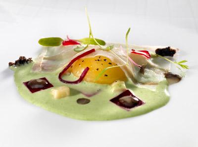 Huevo de caserio con remolacha a la ensalada líquida de hierbas con carpaccio de