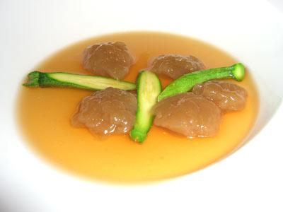 Ñoquis de cebolla roja con matices picantes sobre un fondo de chipirón y ajete s