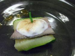 Anguila ahumada con calabacin y salsa de champagne