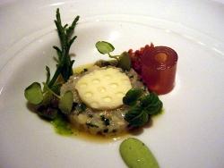 Tartar de cigalas con yuzu y pastilla de aceite de oliva