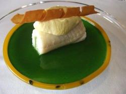 Lenguado y berros con fruta de la pasion en suspension y crujiente de parmesano