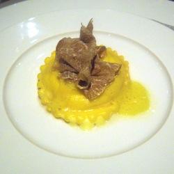 Ravioli con yema de huevo y fonduta de castelmagno