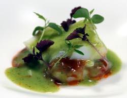 Láminas de bacalao, piperrada y crema de patatas en salsa verde