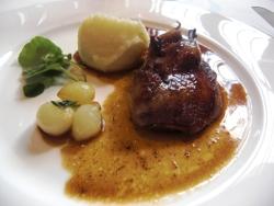 Pichón de Bresse con tagliolini de puerros y jugo de tomillo