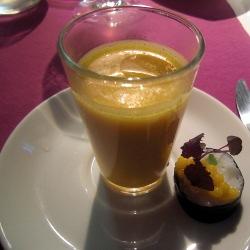 Sopa de calabaza a la naranja con sushi de mango